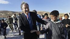 Португальский политик Антониу Гутерреш во время визита в лагерь сирийских беженцев в Ливане
