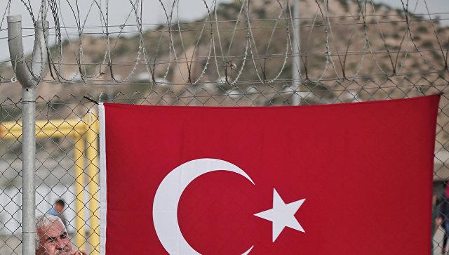 Турецкий флаг на ограждении в провинции Газиантеп. Архивное фото