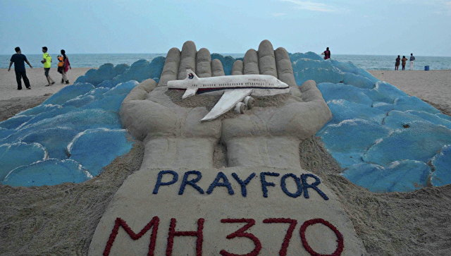 Песчаная скульптура индийского художника Сударсана Паттанайка, посвященная пропавшему рейсу MH370 авиакомпании Malaysia Airlines. Архивное фото