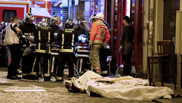 Спасатели работают на месте теракта в 10-ом округе Парижа. Архивное фото