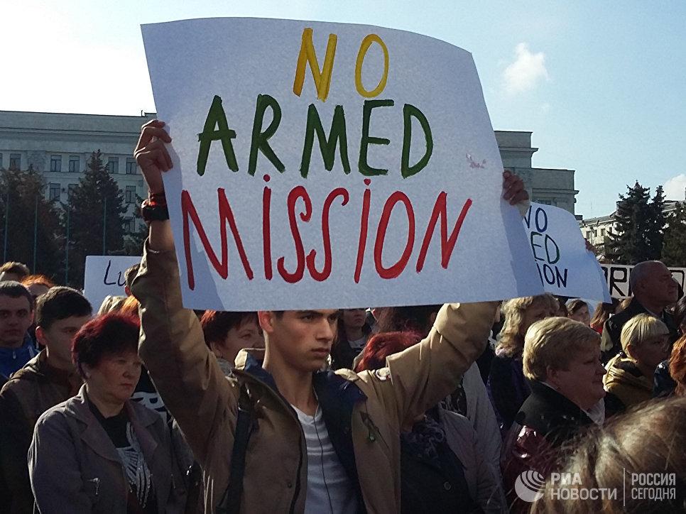 Митинг против введения вооруженной миссии ОБСЕ в Луганске