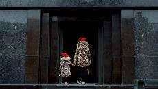 Дети перед входом в Мавзолей В. И. Ленина на Красной площади в Москве. Архивное фото