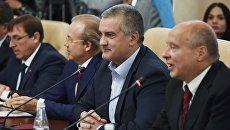 Глава Республики Крым Сергей Аксенов во время встречи с итальянскими депутатами в Симферополе