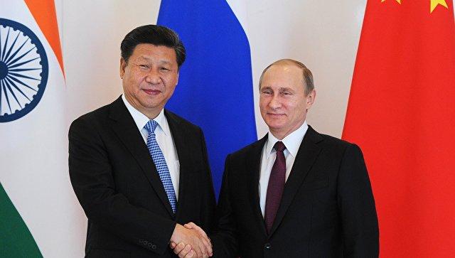 Президент России Владимир Путин (справа) и председатель Китайской Народной Республики (КНР) Си Цзиньпин. Архивное фото