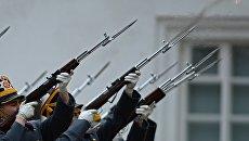 Военнослужащие Президентского полка во время церемонии развода пеших и конных караулов на Соборной площади Московского Кремля. Архивное фото