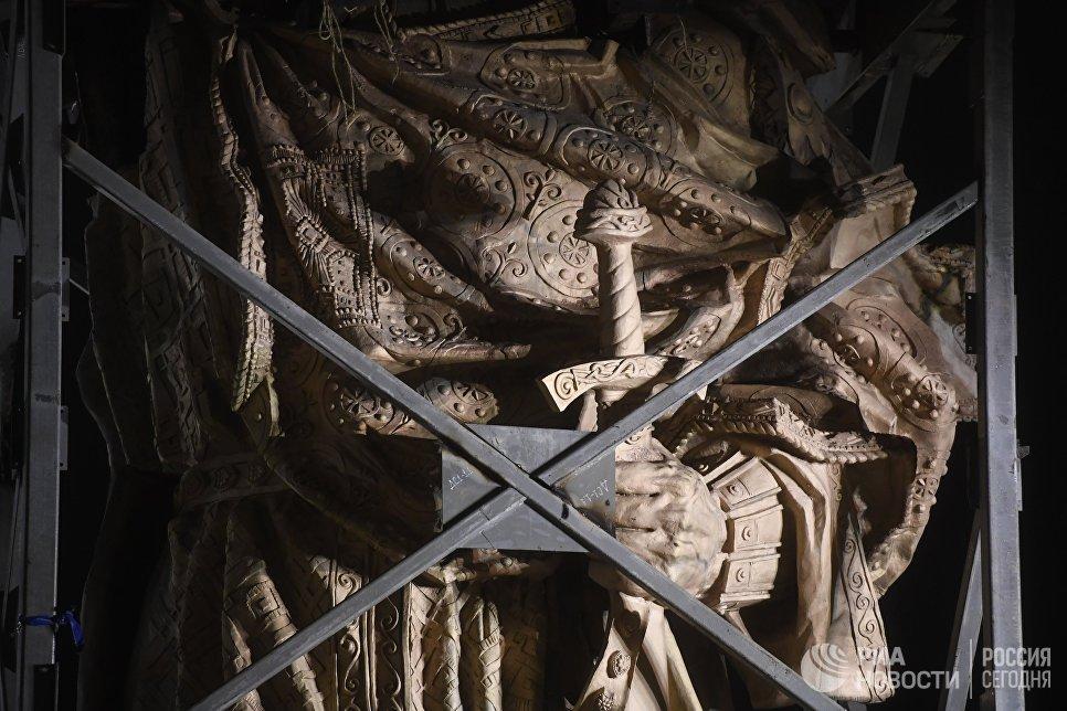 Фрагмент 16-метрового памятника Святому равноапостольному князю Владимиру, монтаж которого проходит на Боровицкой площади в Москве