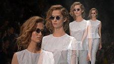 Модель во время недели моды Mercedes-Benz Fashion Week в Москве