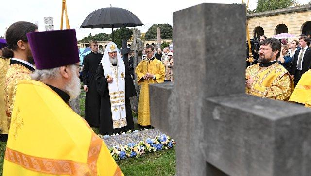Патриарх Московский и всея Руси Кирилл освящает новое надгробие на месте захоронения митрополита Сурожского Антония на Бромптонском кладбище в Лондоне. 17 октября 2016
