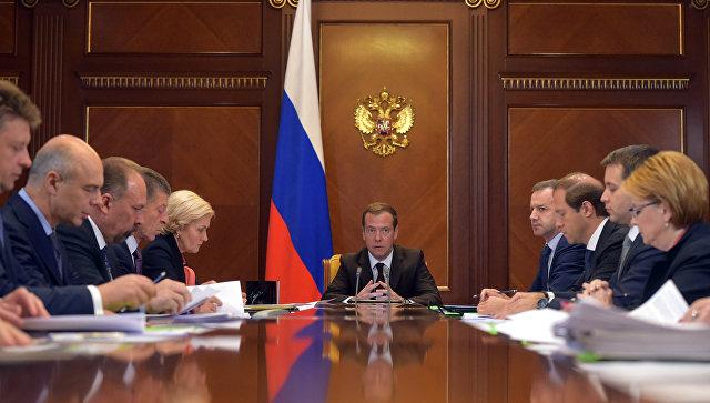 Председатель правительства РФ Дмитрий Медведев проводит совещание по социально-экономическим вопросам