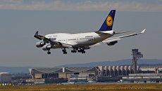 Самолет Boeing 747-400 немецкой авиакомпании Lufthansa в аэропорту Франкфурта, Германия. Архивное фото