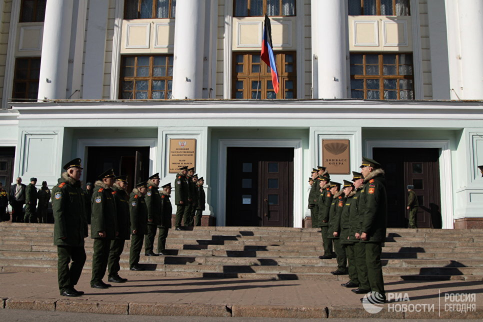 Военнослужащие на церемонии прощания с командиром ополчения ДНР Арсеном Павловым (Моторола) в Донецке