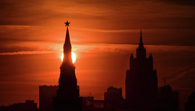 Вид на одну из башен Кремля в Москве, архивное фото