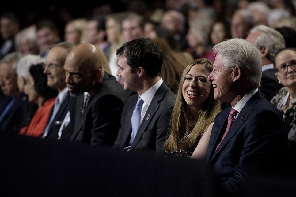 Бывший президент США Билл Клинтон с дочерью Челси во время дебатов между Хиллари Клинтон и Дональдом Трампом. 19 октября 2016 года