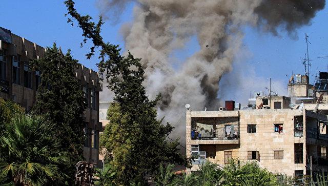 Дым в районе гуманитарного коридора, подготовленного для вывода мирных жителей и боевиков в Алеппо