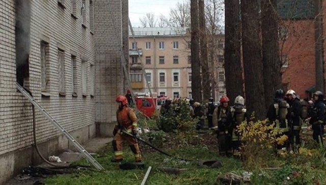 Cотрудники экстренных служб эвакуировали людей изгорящего здания наулице Маршала Блюхера