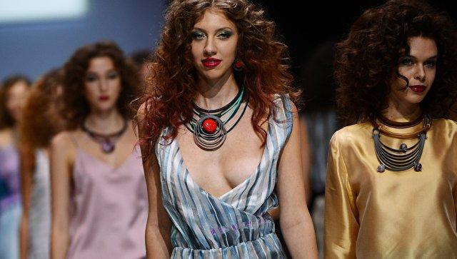 Модели демонстрируют одежду из новой коллекции бренда RinaR в рамках Недели моды в Москве Сделано в России