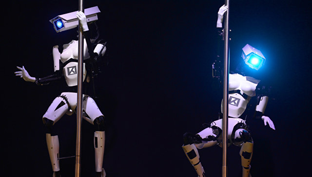 Роботы во время исполнения танца на пилоне. Ганновер, Германия