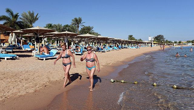 Туристы на пляже курорта Шарм-эш-Шейх. Архивное фото