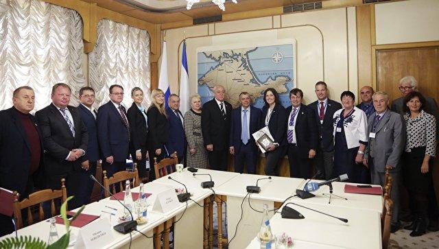 Председатель Государственного совета Крыма Владимир Константинов и представители немецкой делегации во время встречи в Симферополе. 25 октября 2016