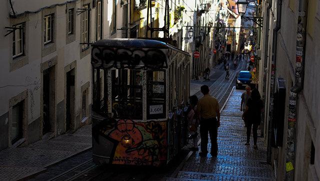 Трамвай на одной из улиц Лиссабона. Архивное фото
