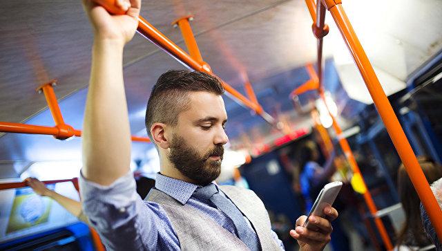 Пассажир пользуется телефоном. Архивное фото