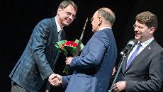 Исполнительный директор МИА Россия сегодня Олег Ананьев (слева) на церемонии награждения победителей премии Топ-1000 российских менеджеров