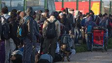 Беженцы в специально организованном центре по распределению мигрантов