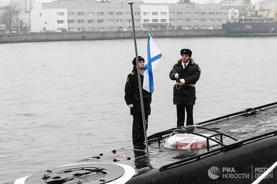Поднятие Андреевского флага на церемонии передачи ВМФ РФ дизель-электрической подводной лодки Великий Новгород в Санкт-Петербурге