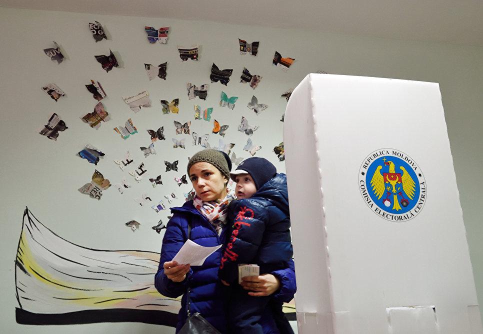 Женщина во время президенстких выборов в Кишиневе