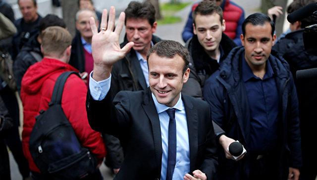 Французский политик Эммануэль Макрон перед пресс-конференцией в Париже. Октябрь 2016 года