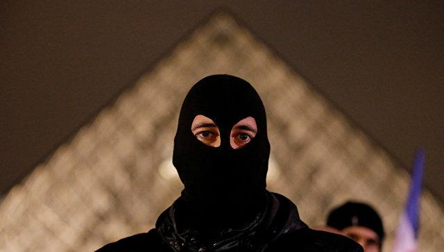 Вцентре Парижа протестуют сотни полицейских
