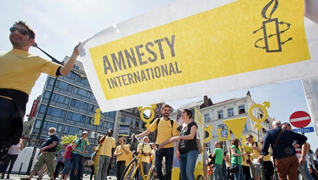 Баннер с логотипом организации Amnesty International