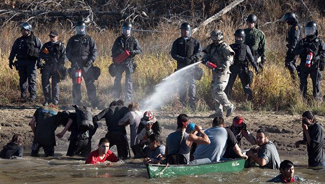 Полиция применяет слезоточивый газ против протестующих в американском штате Северная Дакота. 2 ноября 2016