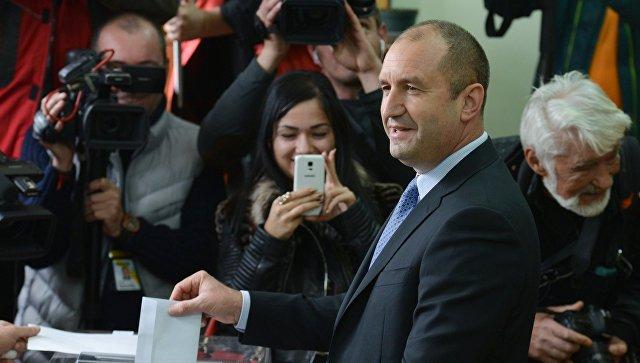 Кандидат в президенты страны от Болгарской социалистической партии Румен Радев голосует на избирательном участке в Софии