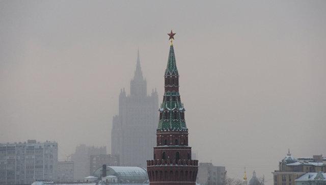 Водовзводная башня Московского Кремля (на первом плане) и высотное здание министерства иностранных дел РФ