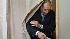Румен Радев на избирательном участке в Софии. Архивное фото