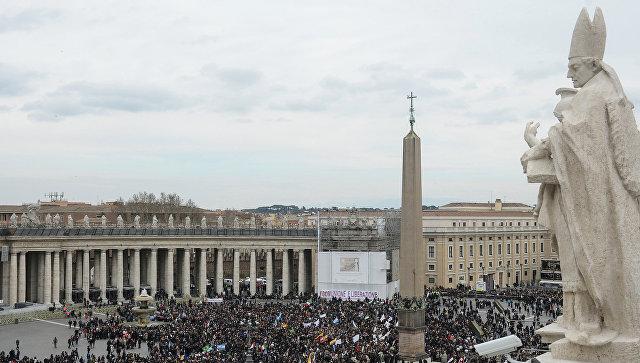 Верующие ожидают начала проповеди папы римского Франциска на площади Святого Петра в Ватикане, архивное фото
