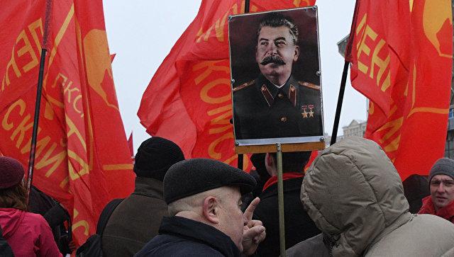 Участники шествия в Москве, посвященного годовщине Великой Октябрьской социалистической революции. Архивное фото