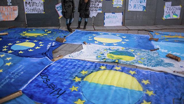 Флаги Евросоюза с названиями городов Украины, поддержавшими интеграцию Украины в Евросоюз, разложенные на площади Независимости Киева. Архивное фото