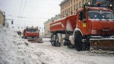 Уборка снега после снегопада в Санкт-Петербурге. Архивное фото