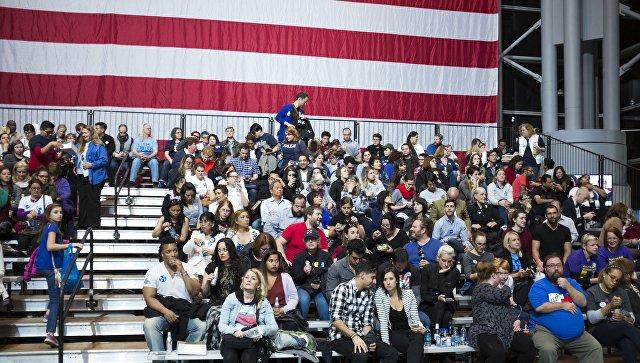Сторонники кандидата в президенты США Хилари Клинтон у конференц-центра Джейкоба Джевитса в Нью-Йорке