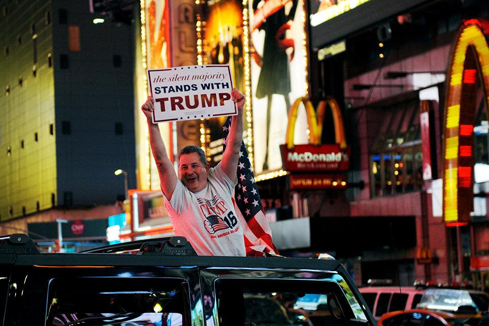 Сторонник кандидата в президенты США Дональда Трампа на Таймс-Сквер в Нью-Йорке