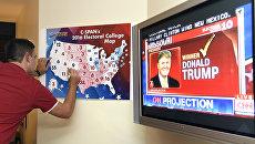 Мужчина следит за ходом голосования на выборах президента США. Архивное фото