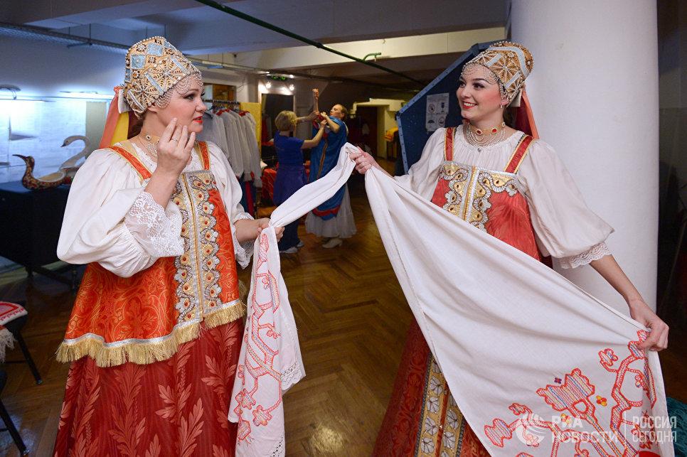 Артисты Северного хора во время юбилейного концерта в концертном зале им. Чайковского готовятся к выходу на сцену. 14 октября 2016 года