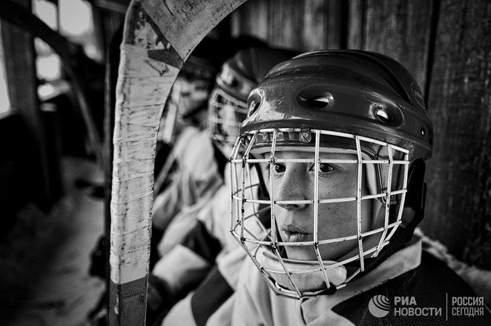Игроки на скамейке запасных во время матча между юниорскими любительскими командами города Ветлуга и посёлка Шаранга.