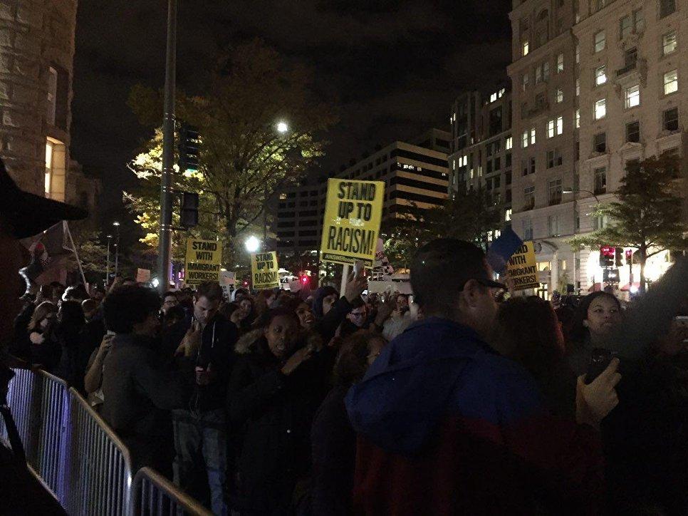 Две сотни американцев жгут чучело Дональда Трампа наакции протеста вВашингтоне