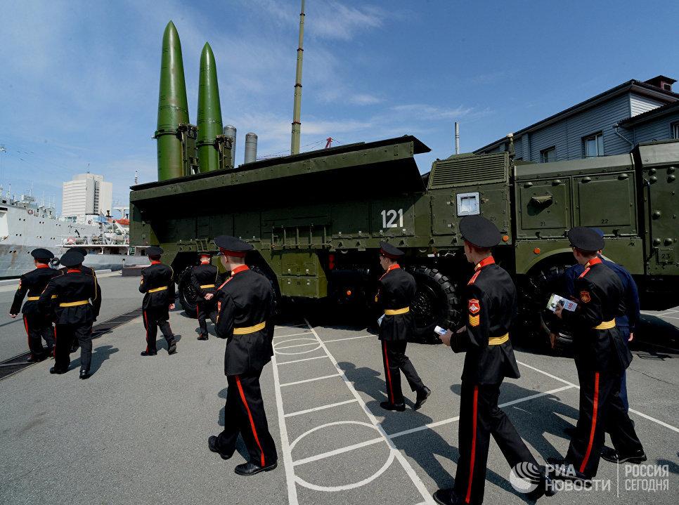 Воспитанники Уссурийского суворовского военного училища осматривают ракетный комплекс Искандер-М