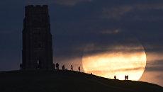 Луна за день до суперлуния в Гластонбери, Великобритания. 13 ноября 2016