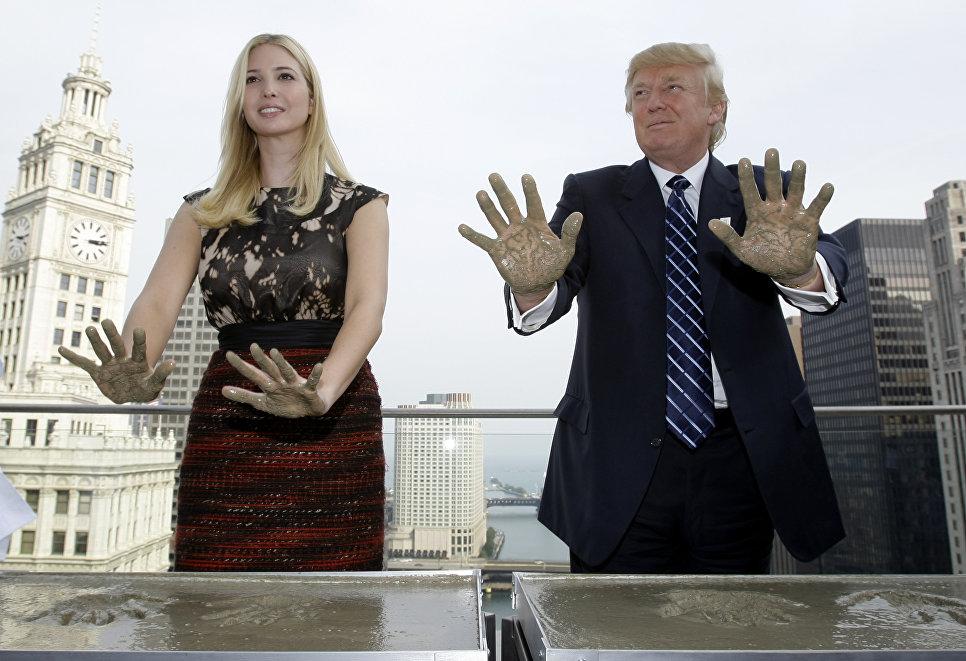 Дональд Трамп и его дочь Иванка Трамп оставляют отпечатки ладоней на крыше Международного отеля и башни Трампа в Чикаго. 24 сентября 2008 года