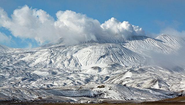 Вид на действующий вулкан Горелый, расположенный на юге Камчатки. Архивное фото